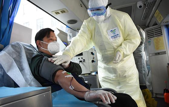 신종 코로나 병마를 극복하고 퇴원한 중국 사람들이 현재 입원 중인 사람들의 치료를 위해 자신들의 혈장을 기증하고 있다. [중국 인민망 캡처]