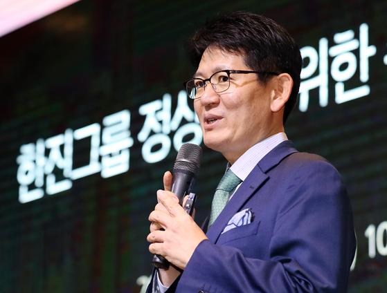 강성부 KCGI 대표가 지난 20일 서울 영등포구 여의도 글래드호텔에서 열린 '한진그룹 정상화를 위한 주주연합 기자간담회'에서 프리젠테이션을 하고 있다. 뉴스1
