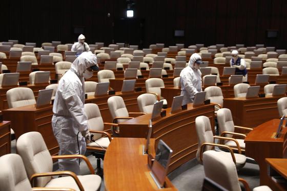 24일과 25일 방역요원들이 국회 본청에 대한 방역작업을 하고 있다. [사진 국회]