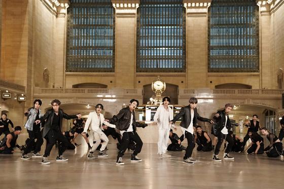 미국 NBC '더 투나잇 쇼 스타링 지미 팰런'에 출연한 방탄소년단. 뉴욕 그랜드 센트럴 기차역에서 공연하고 있는 모습. [유튜브 캡처]