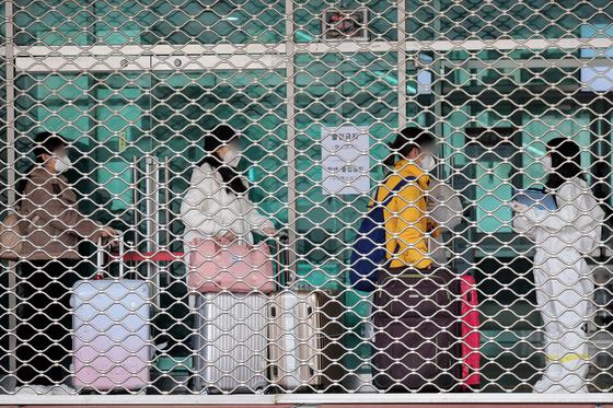신종 코로나바이러스 감염증(코로나19) 확산세가 계속되는 24일 오후 경기도 용인시 단국대학교 죽전캠퍼스에서 중국인 유학생들이 기숙사에 입소하고 있다. [뉴스1]