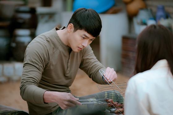 드라마 '사랑의 불시착'을 끝낸 배우 현빈이 주연하는 새 영화 '교섭'의 해외촬영이 요르단의 입국 불허로 당분간 어려워지면서 제작사가 24일 대책 회의에 들어갔다. 사진 tvN
