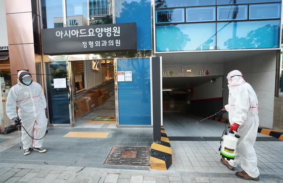 24일 코호트 격리에 들어간 부산 연제구 아시아드요양병원에서 병원 관계자가 방역하고 있다. 연합뉴스