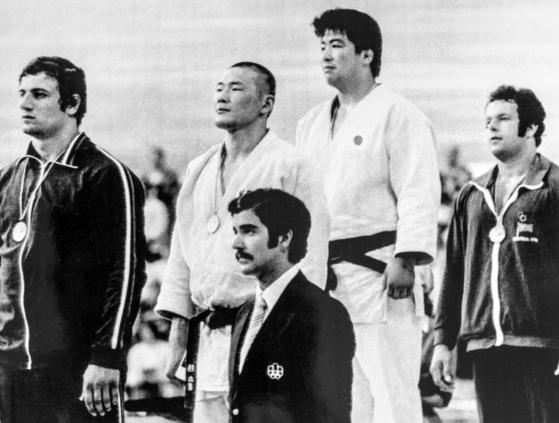 조재기 이사장(왼쪽 두 번째)은 1976 올림픽 남자 유도 무제한급 동메달리스트다. 박박 민 머리로 시상대에 오른 조 이사장. [사진 국민체육진흥공단]