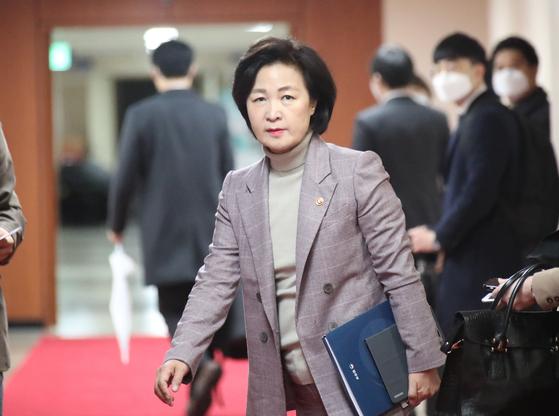 추미애 법무부 장관이 25일 오전 정부서울청사에서 열린 국무회의에 참석하고 있다. 연합뉴스