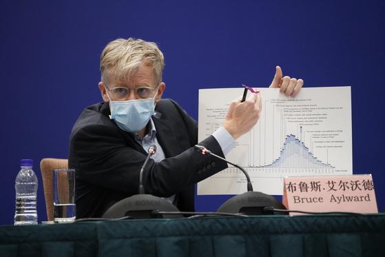 브루스 아일워드 박사가 24일 중국 베이징에서 열린 중국 국가위생건강위원회(위생위)와의 공동 브리핑에 참석해 도표를 보며 중국의 신종 코로나바이러스 감염증(코로나19) 대응에 대해 설명하고 있다. [신화통신=연합뉴스]