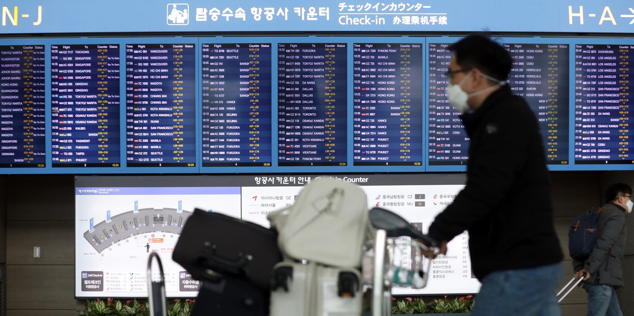 국내 신종 코로나바이러스 감염증(코로나19) 확진자가 늘면서 한국에서 들어오는 외국인을 막거나 입국 절차를 강화하는 국가가 늘고 있다. 사진은 24일 인천공항 출국장의 모습. [뉴스1]