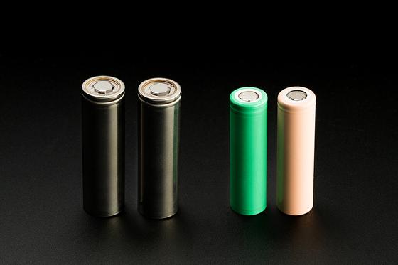 차세대 원통형 배터리의 모습. 사진 왼쪽 검은색 배터리가 21700, 오른쪽 배터리는 기존 18650 배터리다. [사진 LG화학]