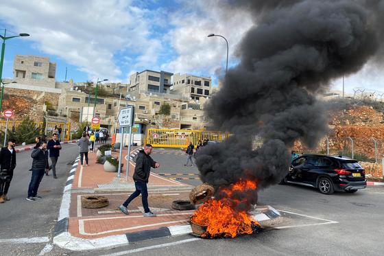 지난 23일 이스라엘 하르 길로 지역의 한국인 관광객 격리수용 반대 시위 모습. 이스라엘 내 한국인 200여명을 예루살렘 근처 군기지에 격리 수용할 것으로 알려지면서 지역 주민들이 강하게 반발하고 나섰다. [사진 REUTERS=연합뉴스]
