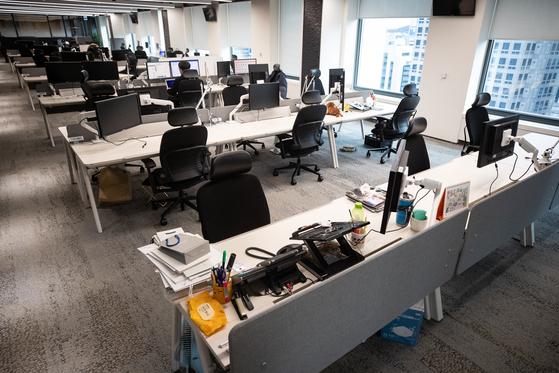 신종 코로나바이러스 감염증(코로나19) 확산으로 25일 서울 종로의 한 대기업 사옥 사무실이 재택근무 시행으로 텅 비어 있다.고용노동부는 코로나19 확산에 따라 시차 출퇴근과 재택근무 등 유연근무제 활용을 당부했다. [뉴스1]