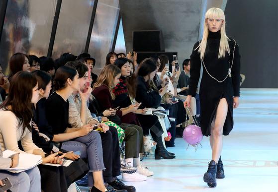 지난해 10월 15일 동대문디자인플라자에서 열린 2020 S/S 서울 패션위크 환영(FAN YOUNG)쇼. 사진 뉴시스