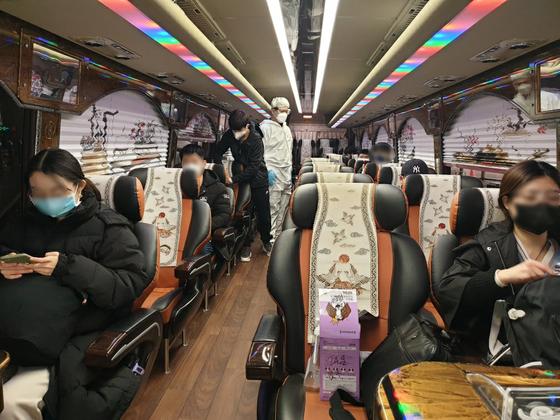 24일 인천국제공항에 도착한 중국인 유학생들이 학교가 준비한 버스로 기숙사 임시생활을 위해 이동하고 있다. [충북대]