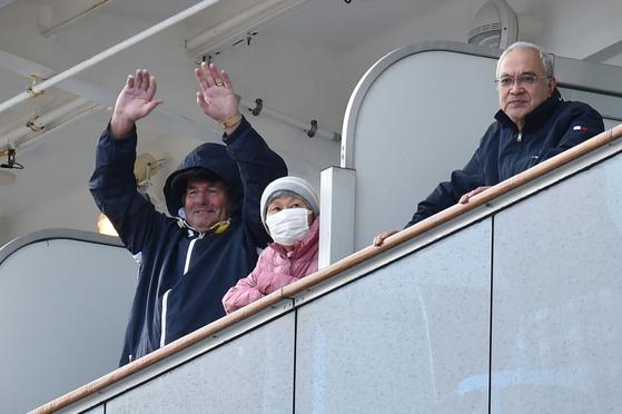 지난 6일, 다이아몬드 프린세스호 승객들이 손을 흔들고 있다. [AFP=연합뉴스]