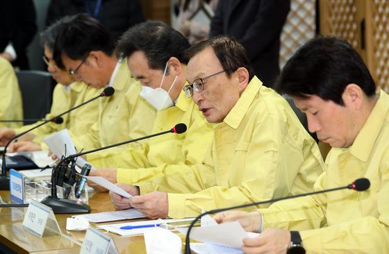 더불어민주당, 정부, 청와대가 25일 서울 여의도 더불어민주당사에서 긴급 협의회를 열고 신종코로나바이러스 감염증(코로나19) 대응책을 논의했다. 임현동 기자