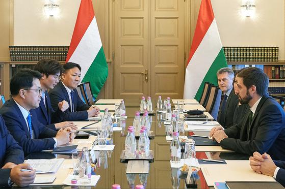 지난 24일(현지시각) 헝가리 외교통상부에서 롯데알미늄과 헝가리 외교부가 투자발표회를 열고 있다. [사진 롯데알미늄]