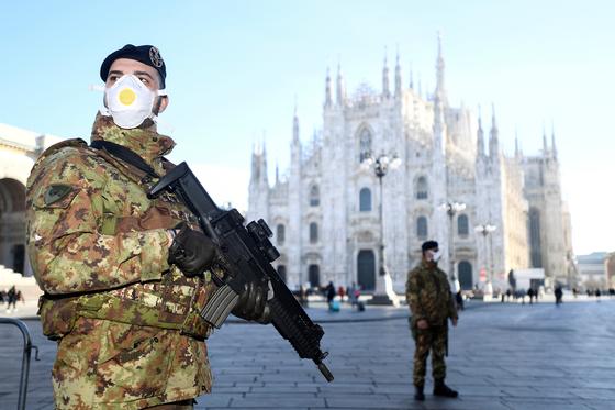 24일 이탈리아 밀라노에서 마스크를 쓴 군인이 폐쇄 조치된 두오모성당 앞에서 경비를 서고 있다. [로이터=연합뉴스]