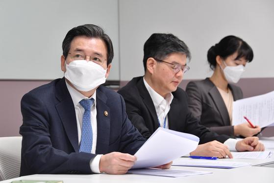 김용범 기획재정부 차관(사진 왼쪽)이 26일 정부서울청사에서 '마스크 수급안정 추가조치 T/F 회의'를 주재하고 있다. [기획재정부]