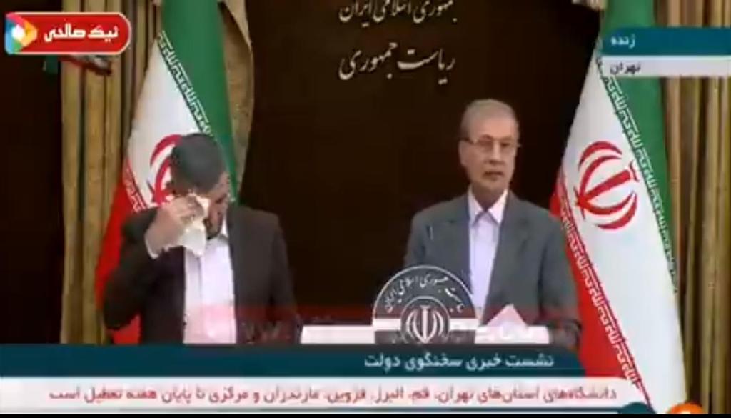 24일 기자회견에서 땀을 닦는 이란 보건차관(왼쪽)과 이란 정부 대변인. 사진 이란 국영방송