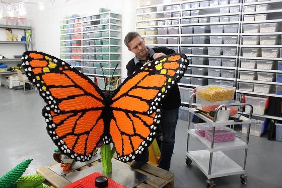 사진1. 미국의 브릭 아티스트 숀 케니(Sean Kenney)와 그의 작품 나비. [사진 숀 케니 페이스북]