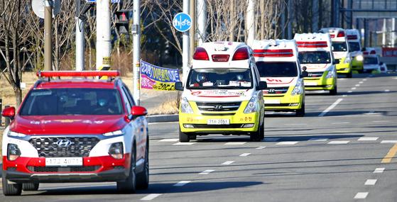 코로나19 환자 이송 지원을 위해 타지역에서 대구로 집결한 119구급차. 연합뉴스