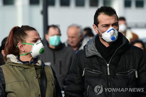 신종 코로나바이러스 감염증이 확산하는 이탈리아에서 마스크를 쓰고 거리를 걷는 시민들. AFP=연합뉴스
