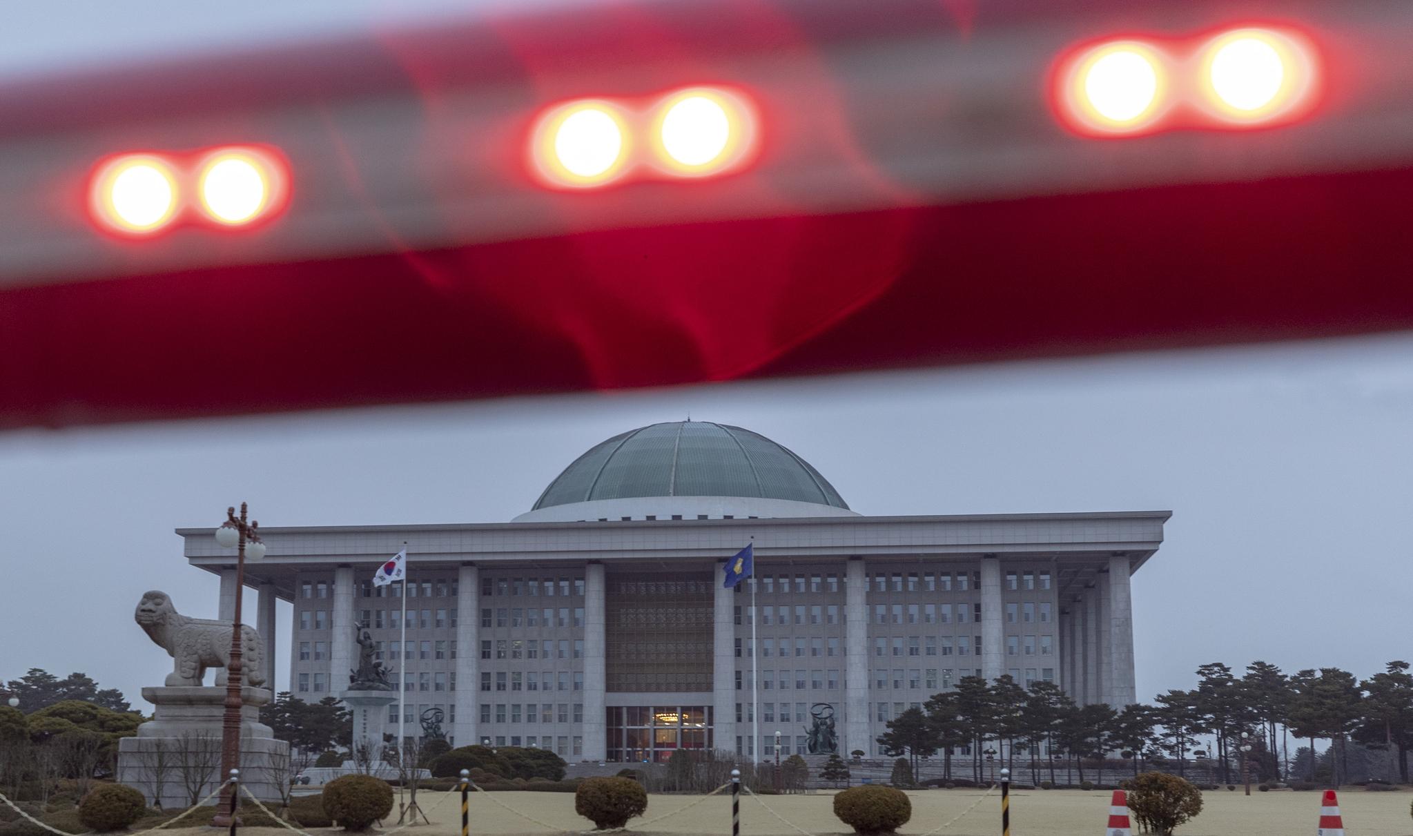 미래통합당의 한 행사에 코로나19 확진자가 참석한 것으로 알려지면서 25일 헌정 사상 처음으로 국회 본청을 비롯해 모든 국회 건물이 폐쇄되었다. 25일 국회 앞 출입문 차단 봉에 빨간불이 켜져 있다. 임현동 기자