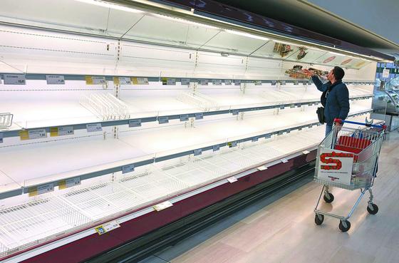 신종 코로나바이러스 감염증(코로나19) 확산을 우려한 시민들의 사재기로 24일(현지시간) 이탈리아 밀라노 인근 피올텔로의 수퍼마켓 진열대가 텅 비어있다. [EPA=연합뉴스]