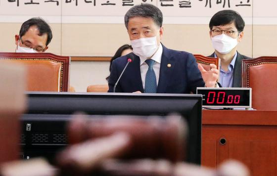 박능후 보건복지부 장관이 26일 서울 여의도 국회에서 열린 법제사법위원회에 신종 코로나바이러스 감염증(코로나19) 관련 법안 전체회의에서 의원 질의에 답하고 있다. [뉴시스]