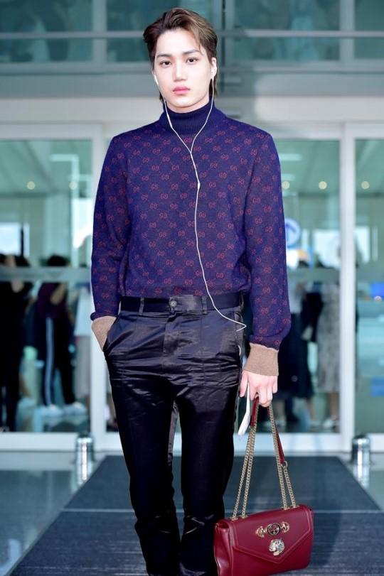 붉은색 핸드백을 들고 강렬한 공항 패션을 선보인 엑소 멤버 카이. 사진 구찌