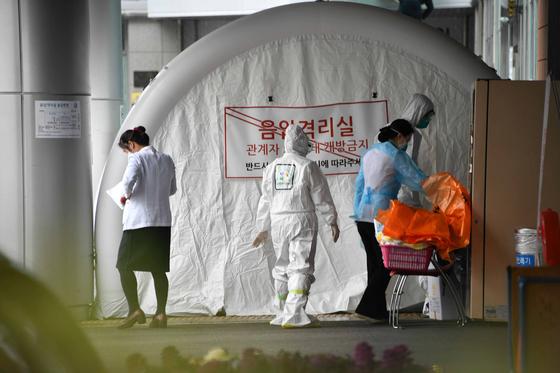 코로나19 확진자 발생으로 병원이 폐쇄된지 4일만 25일 오전 창원시 성산구 한마음창원병원 외래진료가 시작된 음압격리실 모습이다. /김구연 기자 sajin@idomin.com