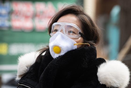서울 강동구 명일전통시장 인근에서 마스크와 고글을 착용한 주민이 지나가고 있다. 뉴스1