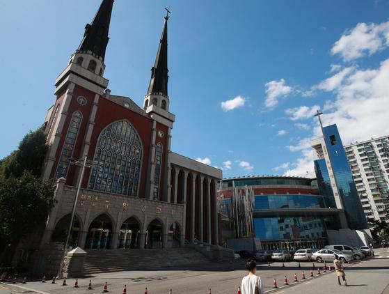 서울 강동구 명일동의 명성교회는 교인 수 10만 명의 초대형 교회다. 특별새벽기도 기간에는 매일 5만 명의 교인이 새벽기도에 참석한다. 연합뉴스