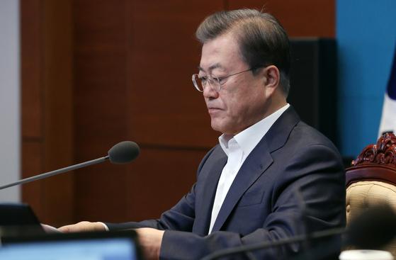 문재인 대통령이 지난 24일 오후 청와대에서 열린 수석·보좌관회의에 참석해 있다. 연합뉴스