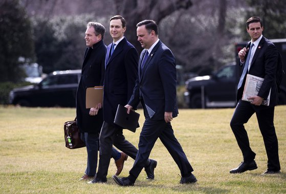 트럼프의 사위이자 백악관 선임고문인 재러드 쿠슈너(왼쪽에서 두번째), 존 매켄티 인사국장(맨 오른쪽). [EPA=연합뉴스]