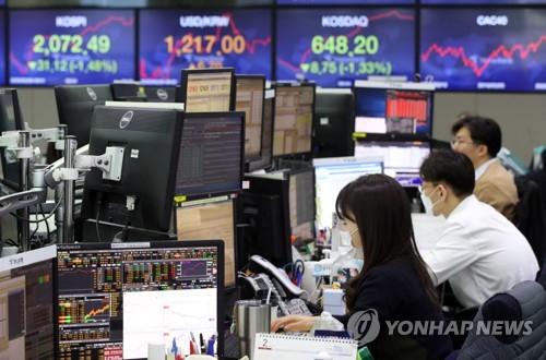 26일 오전 서울 하나은행 딜링룸. 연합뉴스