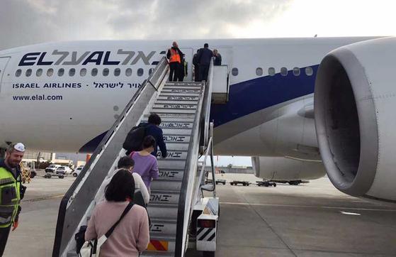24일 이스라엘 텔아비브의 벤구리온 국제공항에서 한국인 관광객들이 인천으로 향하는 전세기에 탑승하고 있다. [연합뉴스]