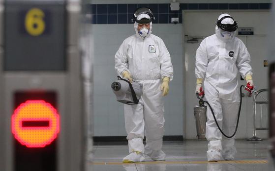 대전에서 3명이 추가로 신종 코로나바이러스 감염증(코로나19) 확진 판정을 받은 26일 오후 대전 도시철도 월평역에 근무하던 역무원이 확진 판정을 받은 것으로 알려진 가운데 서구청 보건소 방역 관계자들이 지하철 역사를 방역하고 있다. [뉴스1]