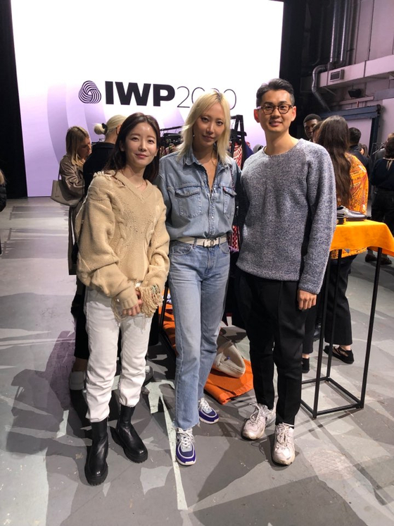 지난 17일 영국 런던에서 열린 '울마크 프라이즈' 결승전에 참가한 한국 패션 브랜드 '블라인드니스'의 박지선(왼쪽)·신규용 디자이너. 가운데는 글로벌 패션 모델 수주. [사진 블라인드니스]