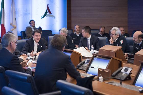 주세페 콘테 이탈리아 총리(왼쪽에서 두번째)와 장관들이 지난 21일 긴급회의를 열어 신종 코로나 확산에 대한 대책을 논의하고 있다. [EPA=연합뉴스]