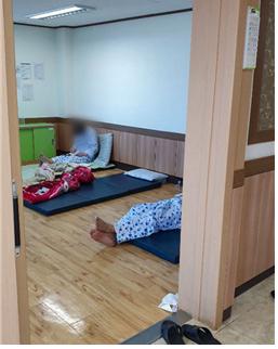 청도대남병원 다인실에 환자가 누워있다. 코로나19 중앙임상위원회 제공