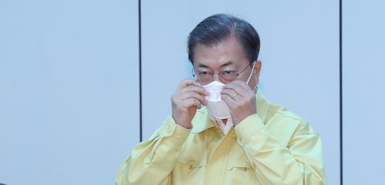 문재인 대통령이 25일 대구 동대구역에서 지역 시장·소상공인 간담회에 참석하고 있다. [청와대사진기자단]