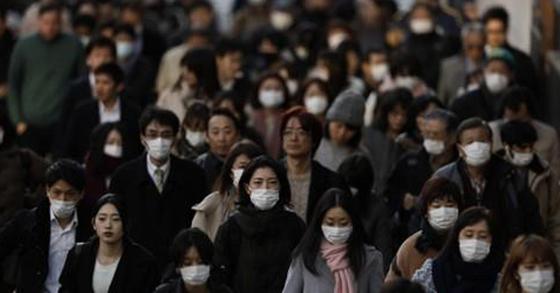 신종코로나바이러스 감염증(코로나 19) 대응을 위해 마스크를 착용한채 이동하는 일본 직장인들. 연합뉴스