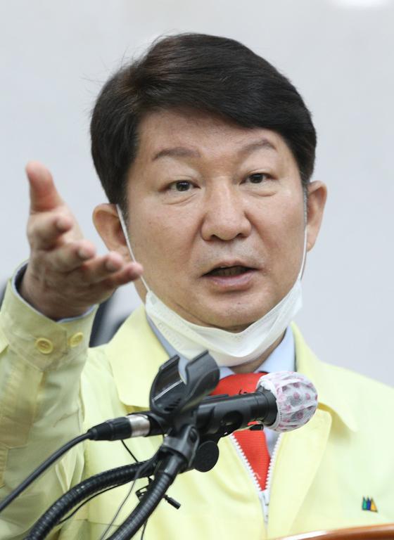 권영진 대구시장이 지난 21일 오전 대구시청 브리핑룸에서 신종 코로나바이러스 감염증(코로나19) 관련 브리핑을 하고 있다. 뉴스1
