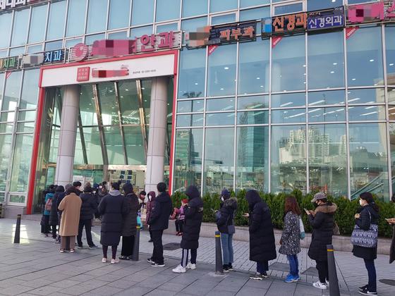 우체국 맞은 편 생활용품 매장 앞에서 마스크를 사려는 시민들이 줄을 섰다. 우체국에서 마스크를 사지 못한 시민들 중 일부가 줄에 합류했다. 석경민 기자