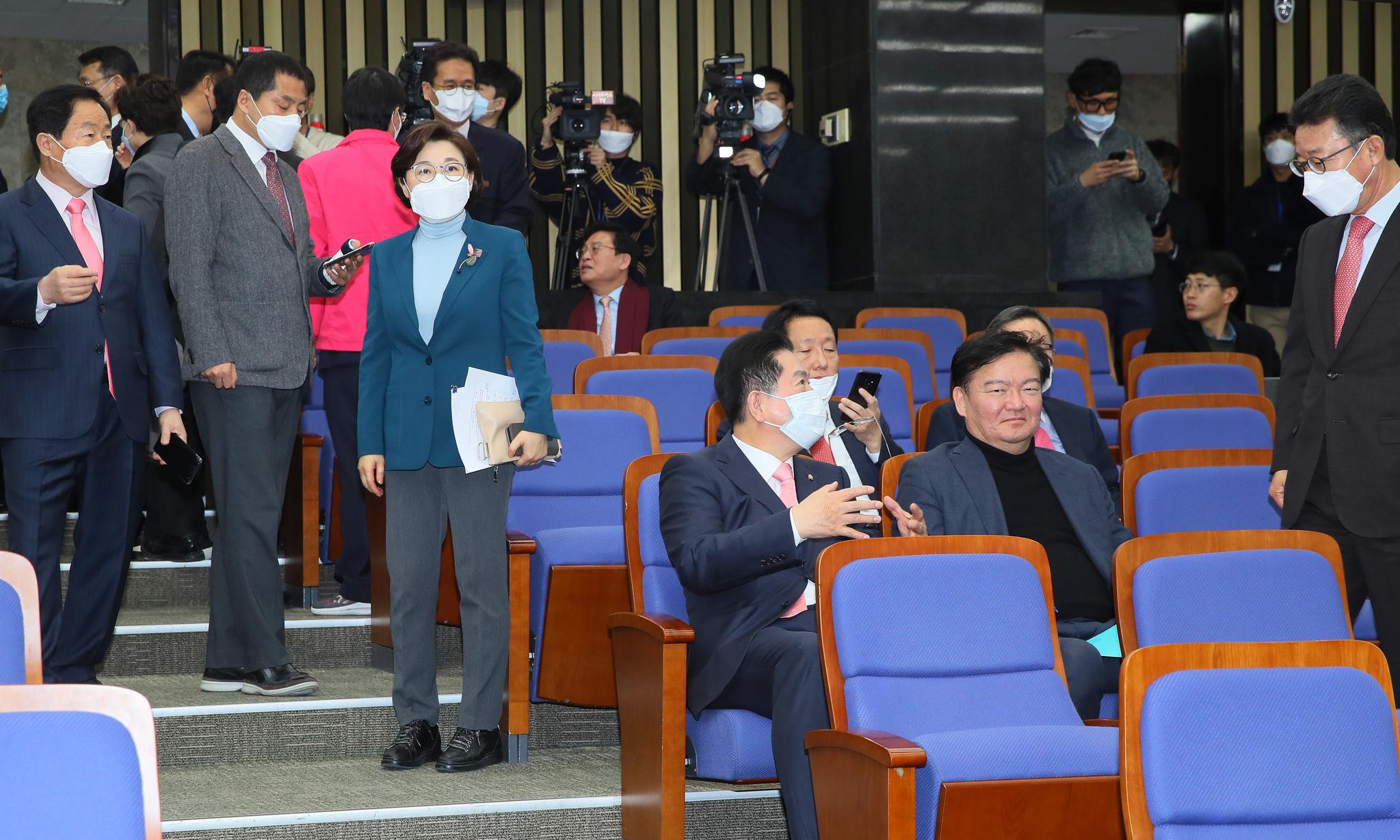 '코로나19' 여파로 미래통합당 의원총회가 연기된 24일 국회에서 통합당 의원들이 마스크를 쓴 채 이야기를 나누고 있다. 연합뉴스