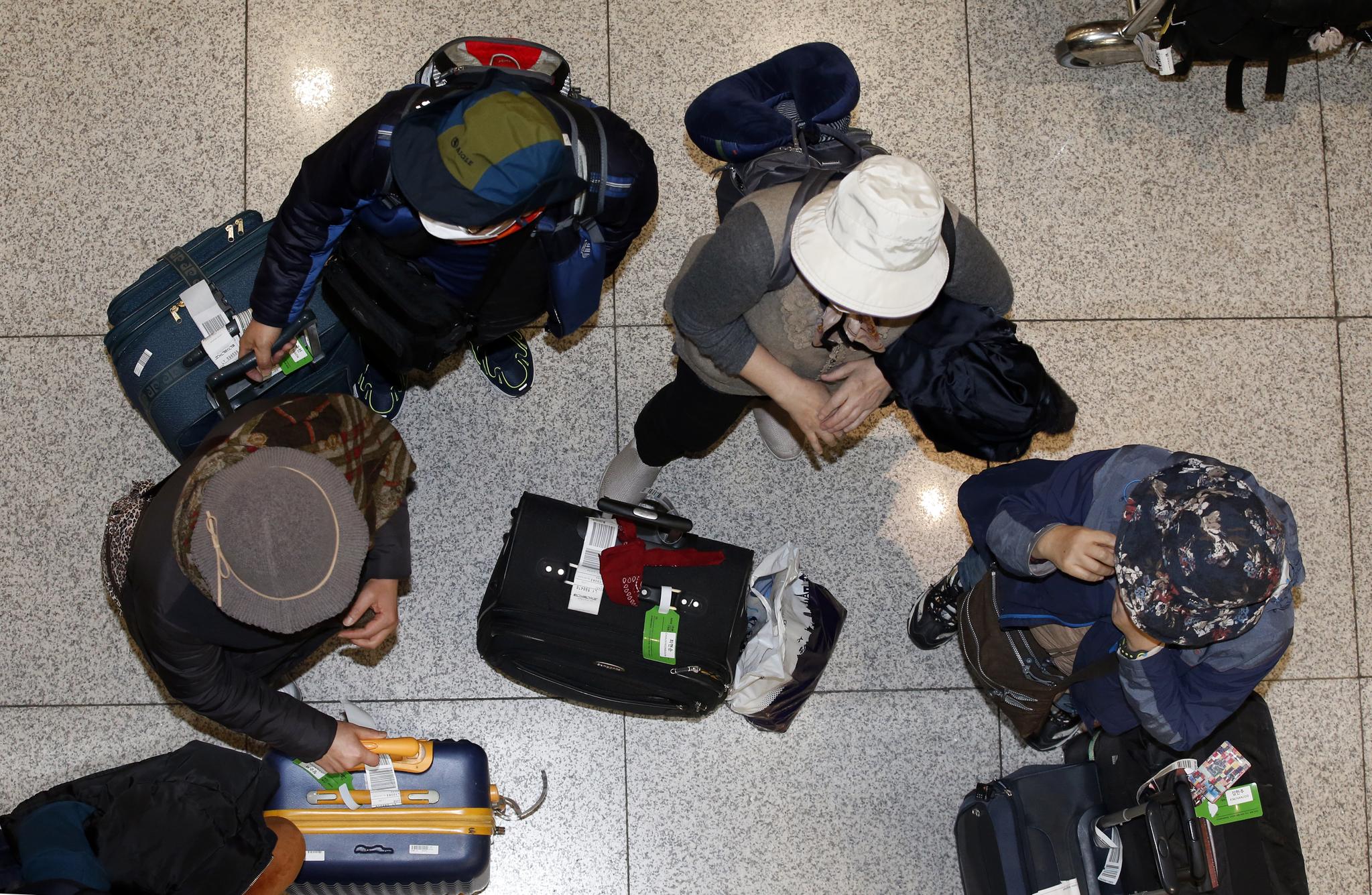 이스라엘에서 조기 귀국한 한국인 관광객이 25일 오전 인천국제공항을 통해 입국해 일행들과 이야기를 나누고 있다. 변선구 기자