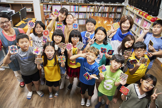 포스코1%나눔재단이 지난해 하반기 새롭게 선보인 '1%나눔 아트스쿨' 사업. 포항 인애지역아동센터에서 포스코 '1%나눔 아트스쿨' 공예수업에 참여한 아이들이 직접 만든 단청 작품을 보여주고 있다. [사진 포스코]