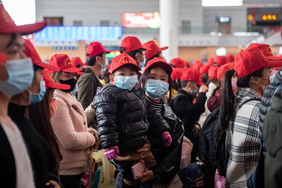 24일 중국 윈난성 쿤밍남역에서 광저우의 직장으로 복귀하는 특별열차를 탑승하기 위해 농민공 563명이 대기하고 있다. [신화=연합뉴스]