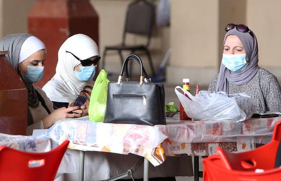 24일 신종 코로나 확진자가 발생한 쿠웨이트에서 여성들이 식당에서 마스크를 쓰고 있다. 신종 코로나가 중동 전역으로 번지고 있어서다. [AFP=연합뉴스]