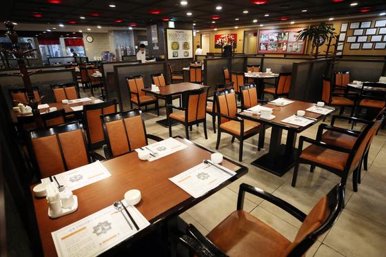 19일 서울 시내 한 식당이 신종 코로나바이러스 감염증(코로나19)의 여파로 한산한 모습을 보이고 있다. 연합뉴스